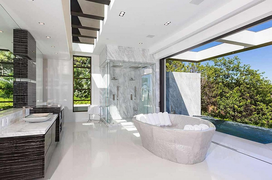 Spa-styled-grand-bathroom-visually-connected-with-teh-outdoors